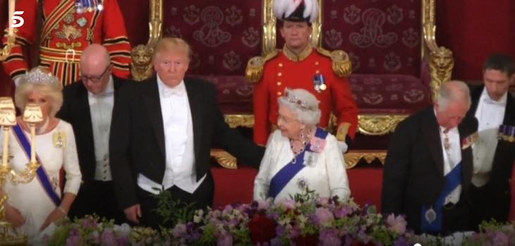 trump pone su mano en la espalda de la reina isabel