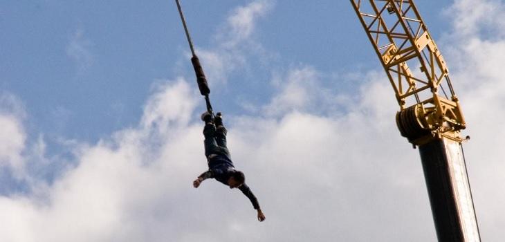Pasó el susto de su vida: hombre cayó más de 50 metros tras cortarse la cuerda del Bungee