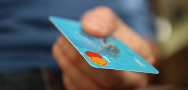 Mujer pagó propina de 5,000 dólares con tarjeta de crédito de su novio sólo para molestarlo