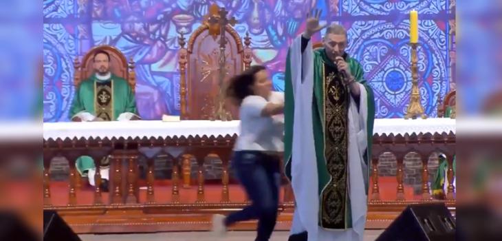 Mujer empujó del escenario a sacerdote brasileño Marcelo Rossi video viral