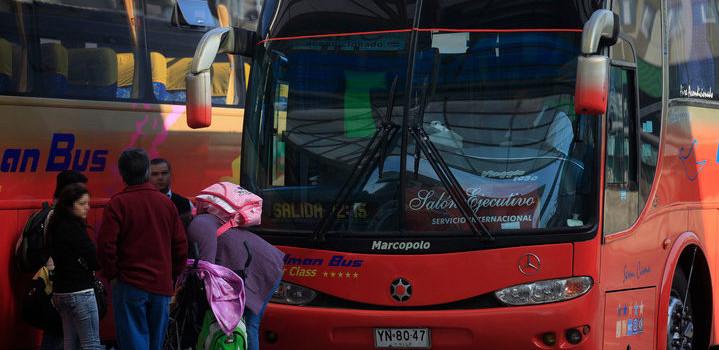 Auxiliar de bus es acusado de abusar sexualmente de pasajeras en pleno viaje: fue detenido en Temuco
