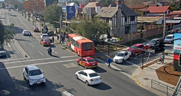 Atropellan a mujer luego que automovilista impactara con bus en esquina de Las Condes