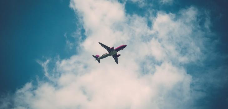 Cuerpo cae desde avión a jardín de casa en Londres
