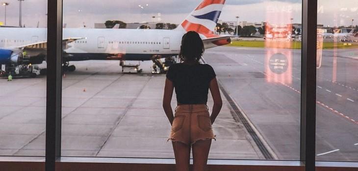 mujer bajada de avión por blusa transparente