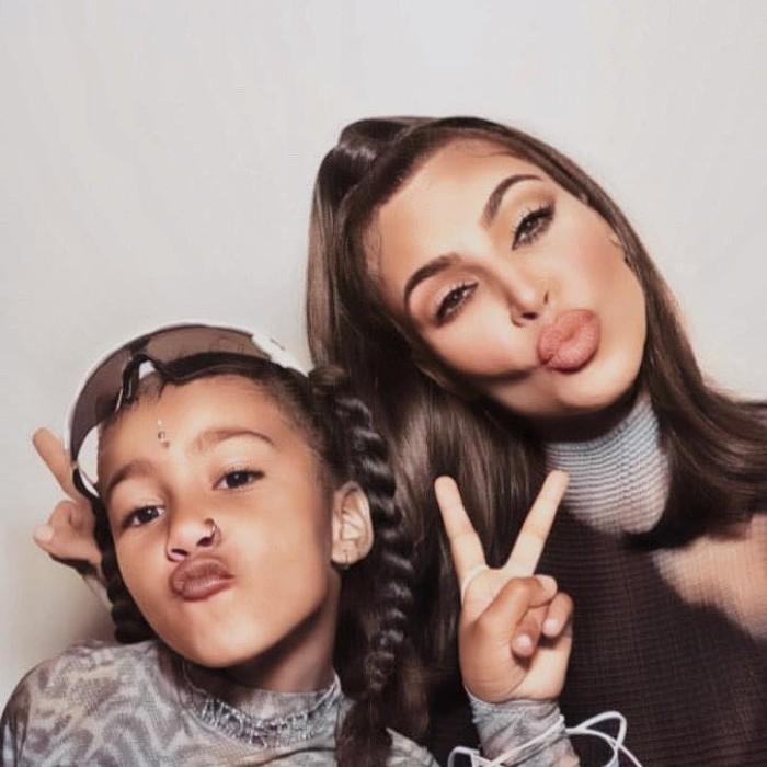 Critican a Kim Kardashian por piercing hija de North