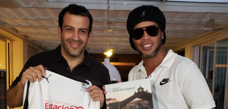 Ronaldinho agendó visita a Chile: impartirá una clínica de fútbol en Estación Central