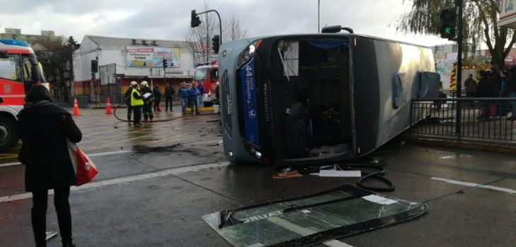 Violento choque de microbús y auto dejan un muerto y cinco heridos