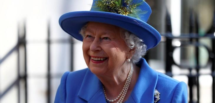 El práctico motivo por la que la reina Isabel II nunca ocupa tonos neutrales en sus trajes