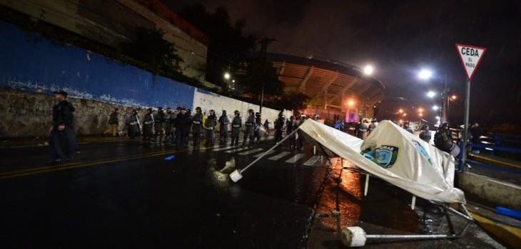 Atacan bus de equipo en Honduras y se desata el caos en el estadio