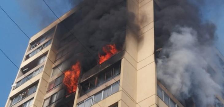 Videos muestran incendio en edificio de Recoleta: hay personas atrapadas en pisos superiores