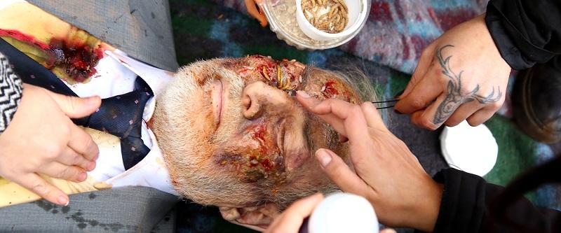Con gusanos de verdad maquillan a Héctor Noguera