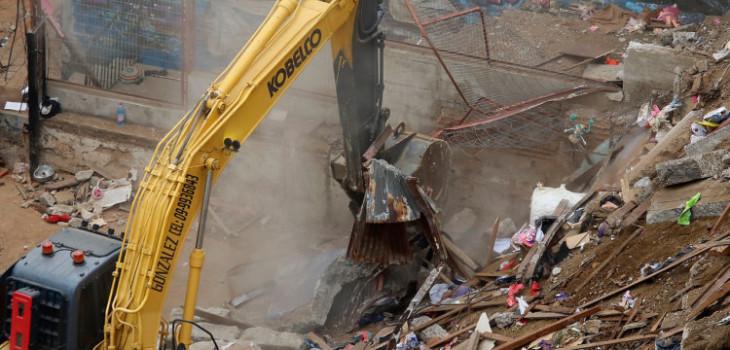 Comienzan a despejar escombros de casa derrumbada en Valparaíso: no habría más desaparecidos