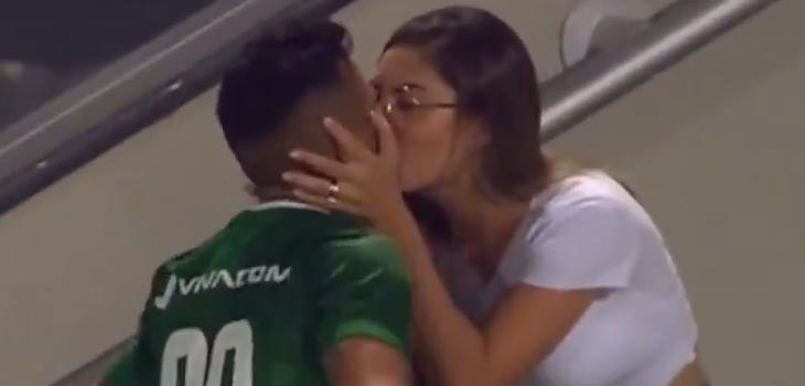 Jugador fue a celebrar un gol con su novia, pero cuando volvió lo habían anulado