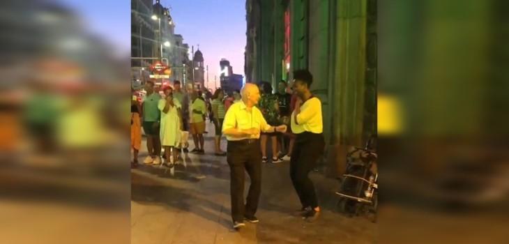 Video de adorable anciano bailando junto a artista callejera es viral: no es primera vez que lo hace