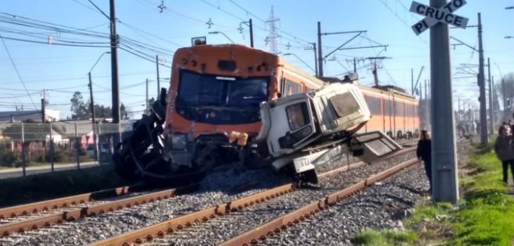 Dos personas mueren en grave accidente en Coronel: camión fue partido en dos en colisión con Biotrén