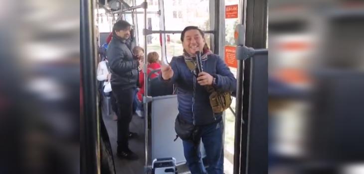 Profesor es viral tras dictar clases de historia en Transantiago