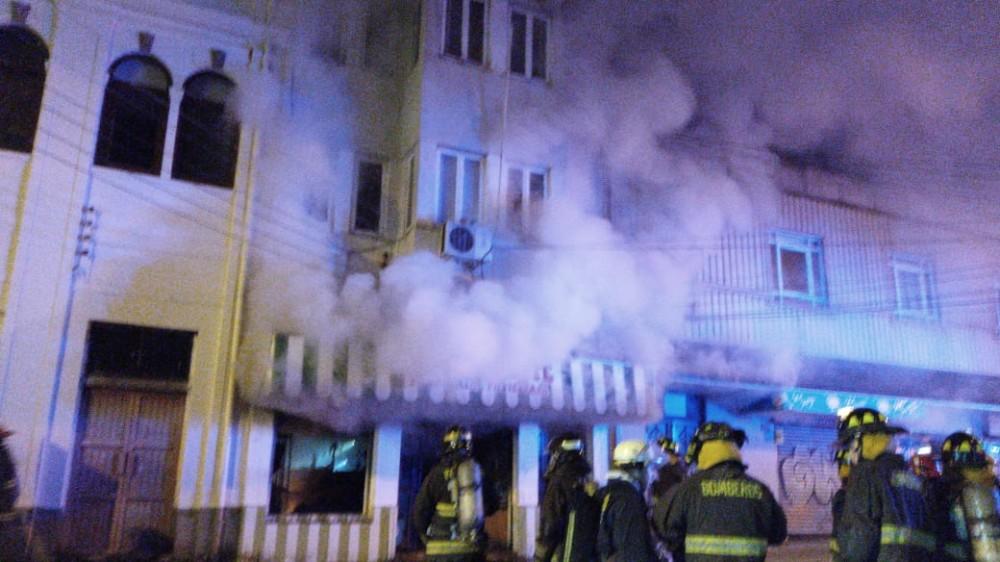 Incendio afecta a tradicional panadería en centro de Valdivia: bomberos trabaja en el lugar