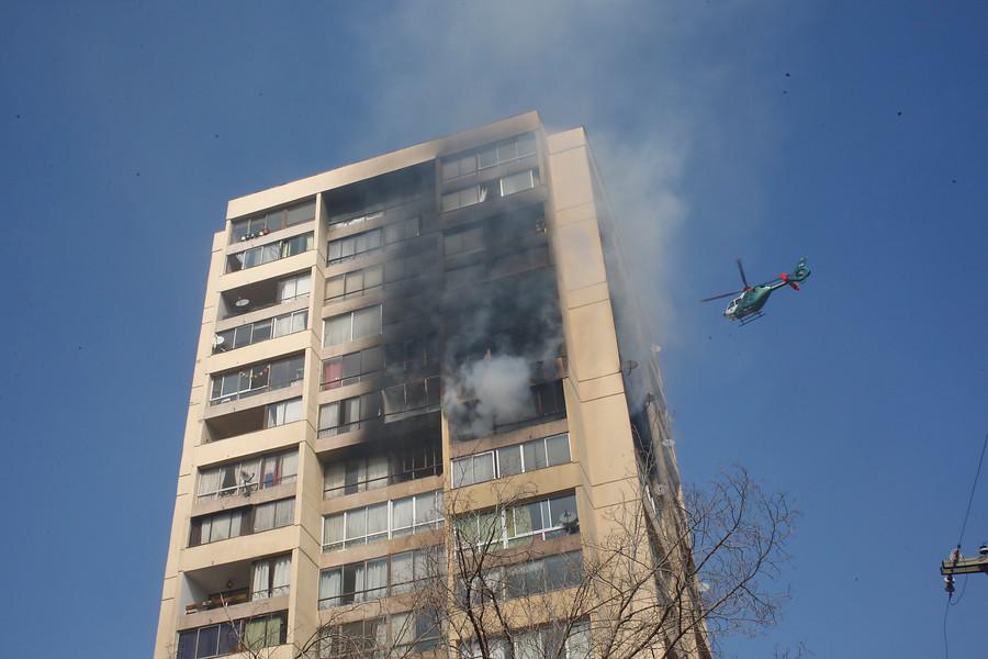 Videos muestran incendio en edificio de Recoleta: Bomberos rescató a personas atrapadas