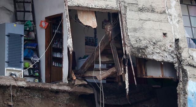 Hallan 4 cuerpos bajo los escombros de derrumbe en Valparaíso