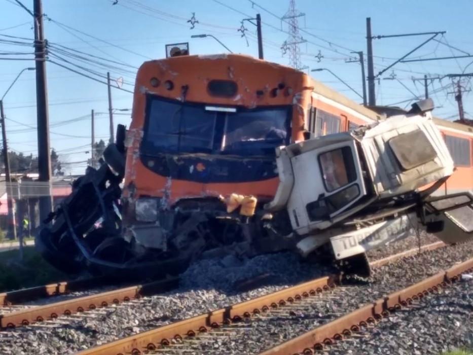 Camión fue partido en dos tras fatal colisión con Biotrén: imágenes del accidente son impactantes
