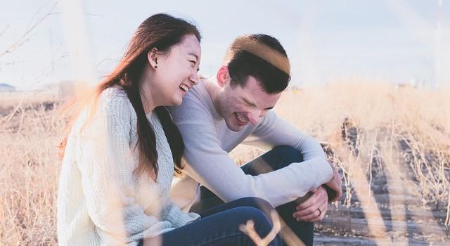 Estudio asegura que burlarte de tu pareja te hace feliz