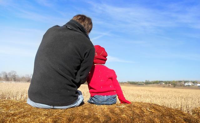 """Su esposa le hizo creer que hijo era suyo y él la demandó: le cobra por """"cada peso gastado"""""""