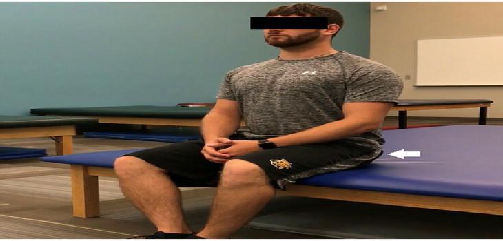 El ejercicio de compresión glútea realizado con los bordes mediales de los pies juntos y las rodillas separadas al ancho de los hombros.
