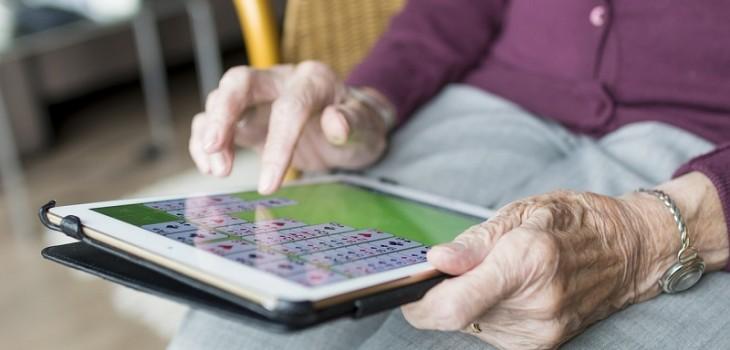 La buena idea de una usuaria de twitter: creó una guía para enseñar a usar el teléfono a su abuela