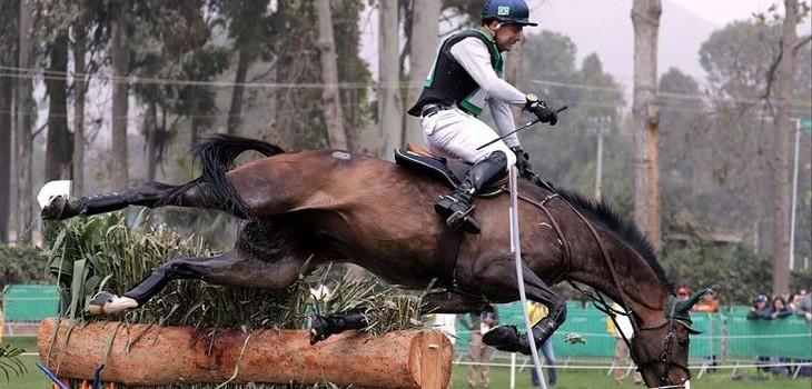 jinete brasileño es aplastado por su caballo