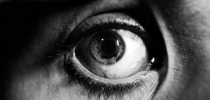 mujer recibio corriente en un ojo
