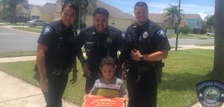 Policía le entrega pizza a niño que llamó al 911