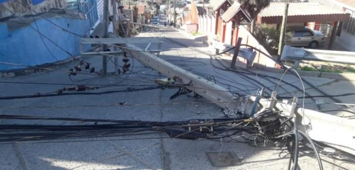Foto muestra que tres postes cayeron en Viña del Mar tras fuerte temblor de 6.6