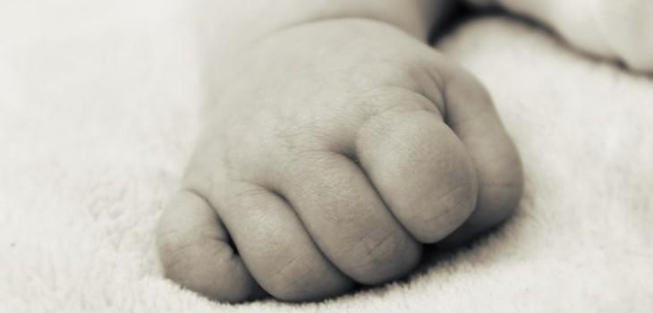 Abuela denunció a su nieta: la sorprendió asfixiando a su hija de dos meses con frazada