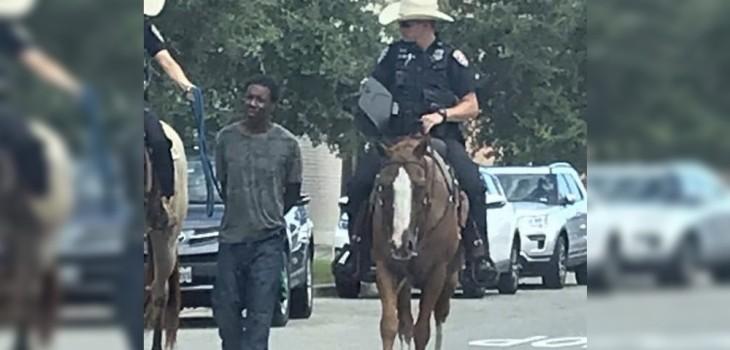 Imagen de un hombre negro detenido por policías a caballo genera indignación en EEUU