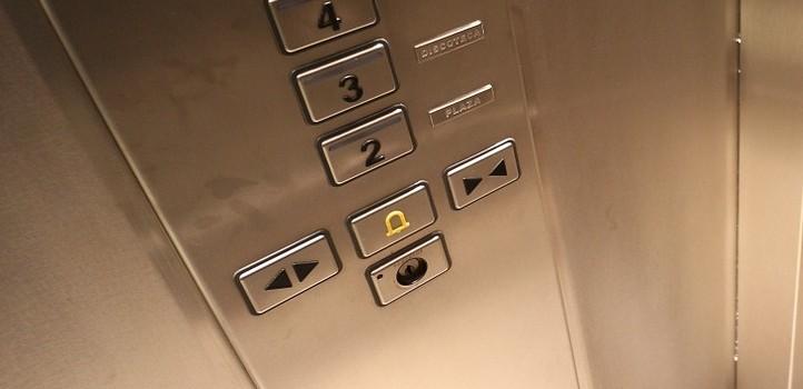 Riesgos y precauciones al tomar un ascensor