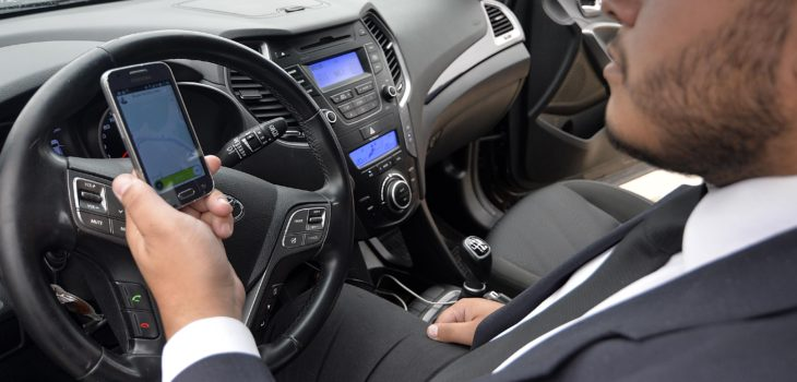 Multa por usar celular en el auto