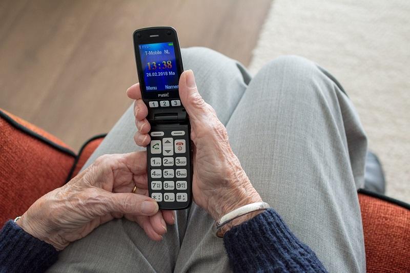 Hace guía para que su 'abue' aprenda a usar celular
