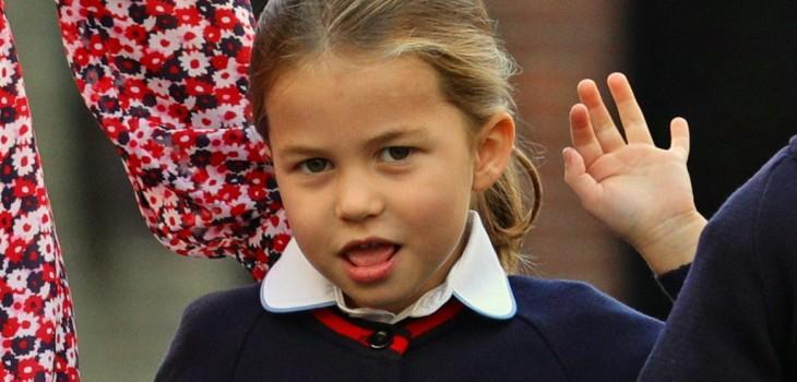 Tímida y en compañía de sus padres: así llegó la princesa Charlotte a su primer día de clases