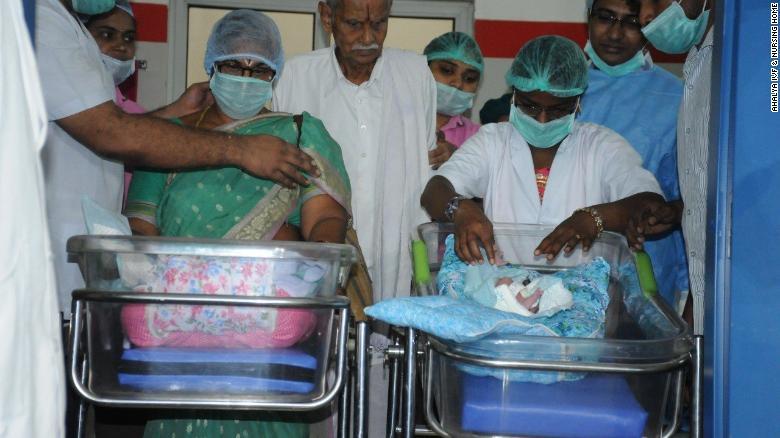Mujer de 73 años dio a luz a gemelos en la India