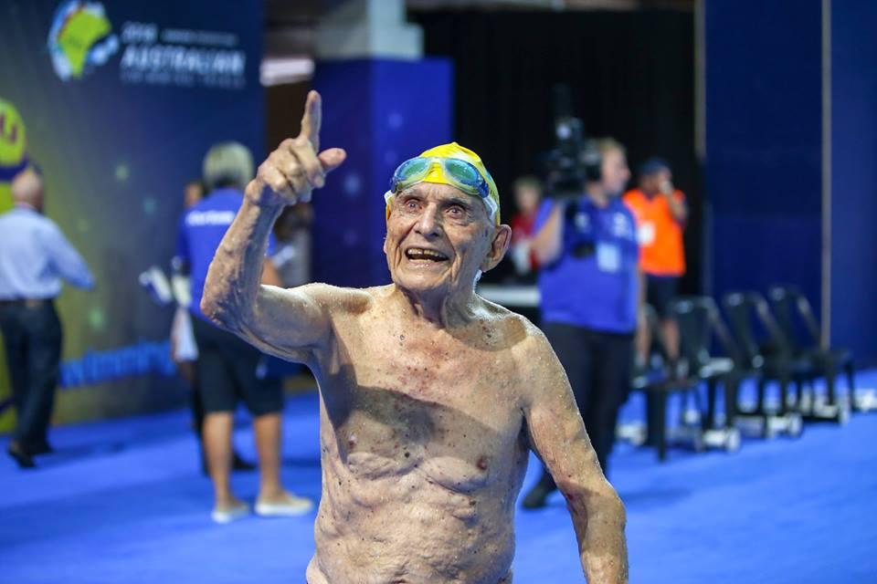 Hombre de 100 años se luce como ndador alrededor del mundo