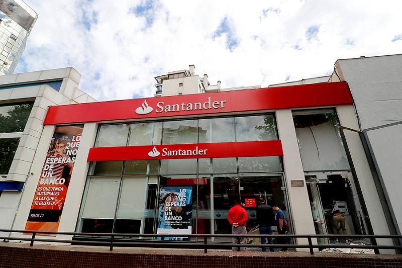 Santander compensará a más de 36 mil clientes por cobros indebidos: monto podría superar $1 millón