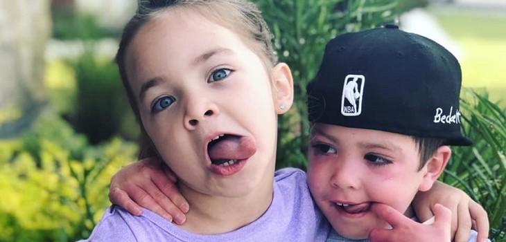 La emotiva foto que muestra a una niña consolando a su hermano con cáncer