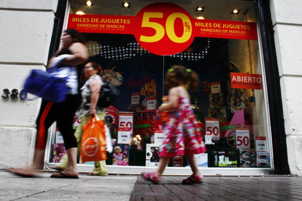 Sernac exige a retail que devuelva dinero a consumidores