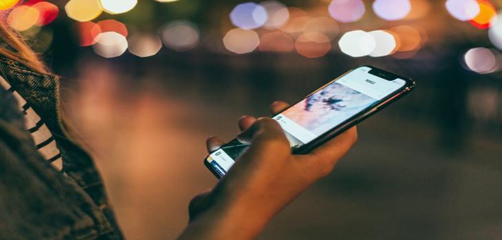 Estas aplicaciones se instalan en nuestros teléfonos móviles y dejan al descubierto qué páginas web miramos, nuestras conversaciones en redes sociales e incluso nuestros audios de WhatsApp.