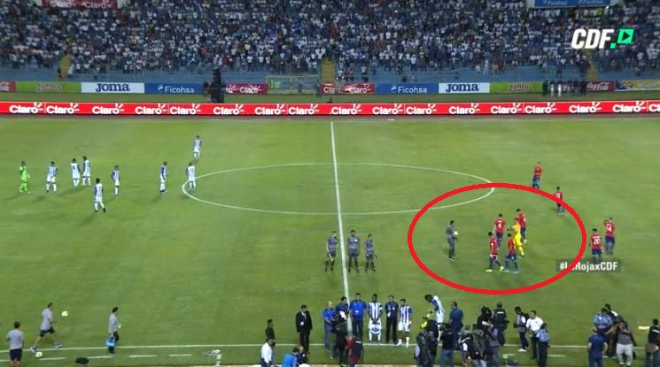 La confusión que sufrió árbitro con Claudio Bravo en partido de la 'Roja' y que pocos notaron