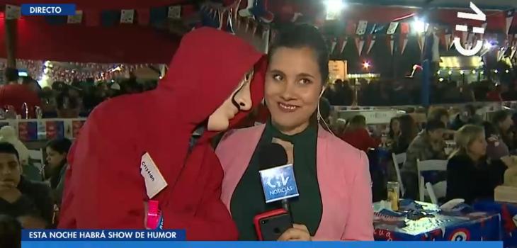 periodista de CHV es acosada durante despachos de Fiestas Patrias
