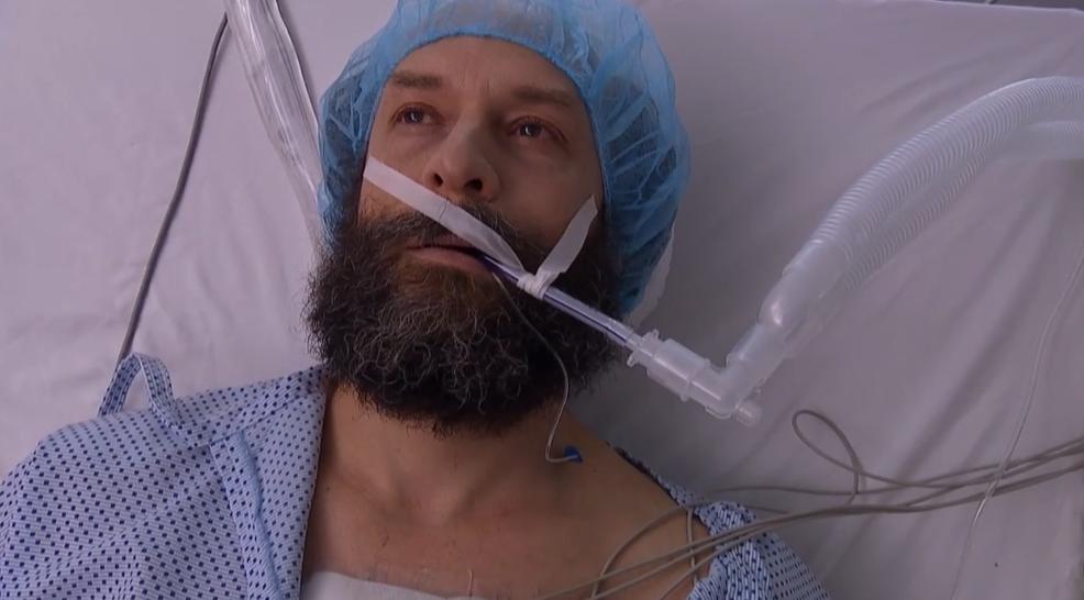 La estremecedora escena de Juan Luis en 'Isla Paraíso' ante la aparente muerte del padre Gabriel