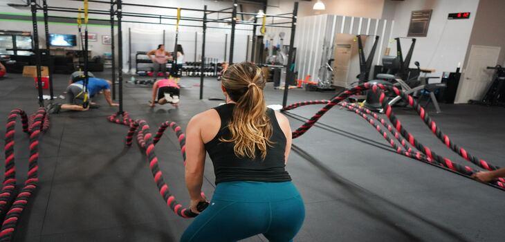 Entrenamiento con cuerdas en gimnasio