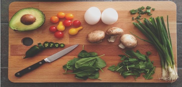 Es importante que las personas prioricen el consumo de frutas y verduras, al menos tres frutas y dos platos de verduras al día.