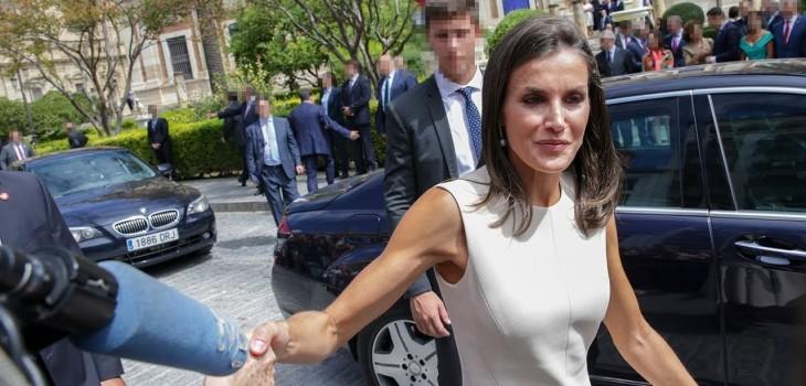 ¿Exageró? El reclamo de la reina Letizia a escolta por no avisarle de un escalón tras tropezarse